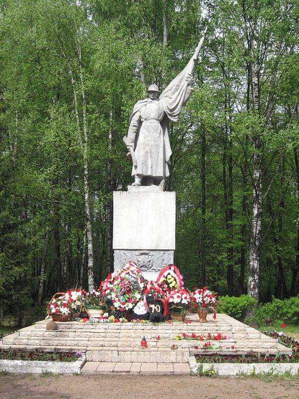 Памятник на воинском мемориальном кладбище г. Великие Луки.jpg
